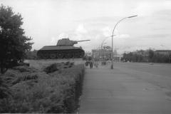 Berlino Est - Carro armato davanti alla Porta di Brandeburgo