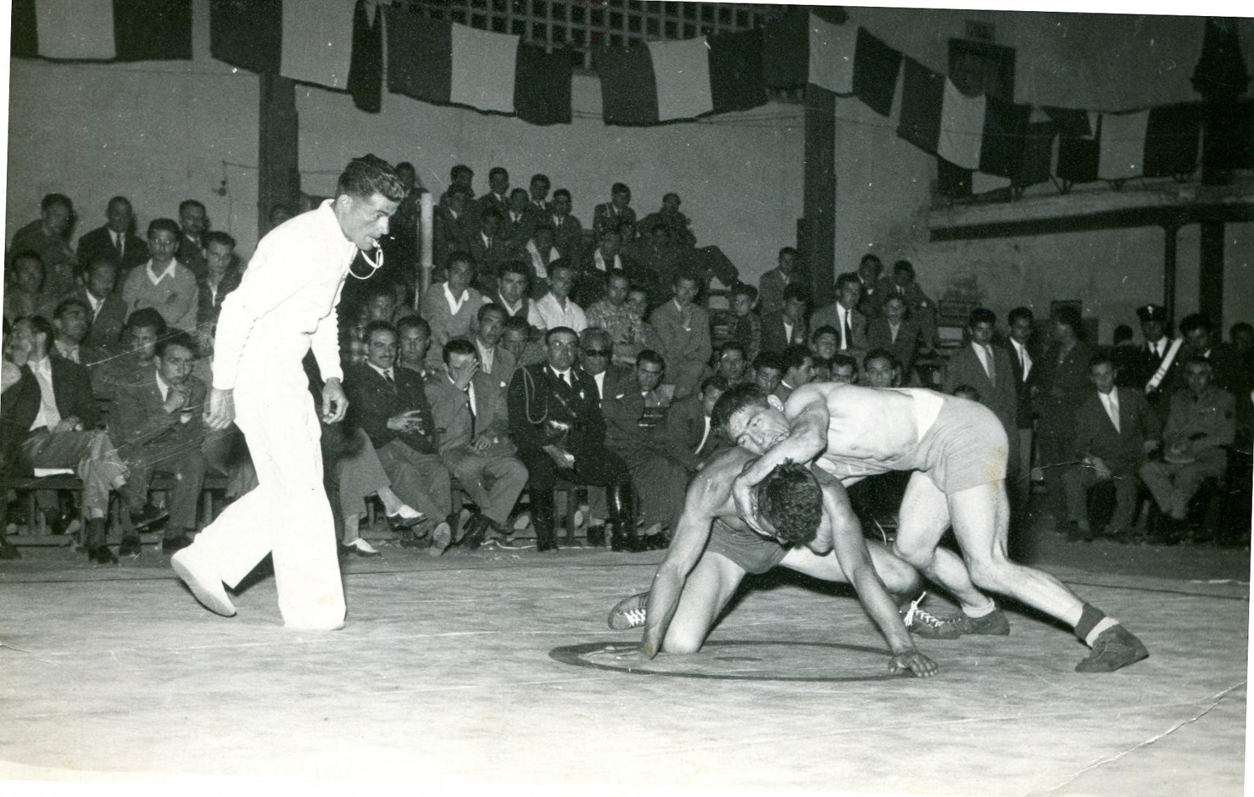 Vito Paparella arbitra una gara di lotta greco-romana